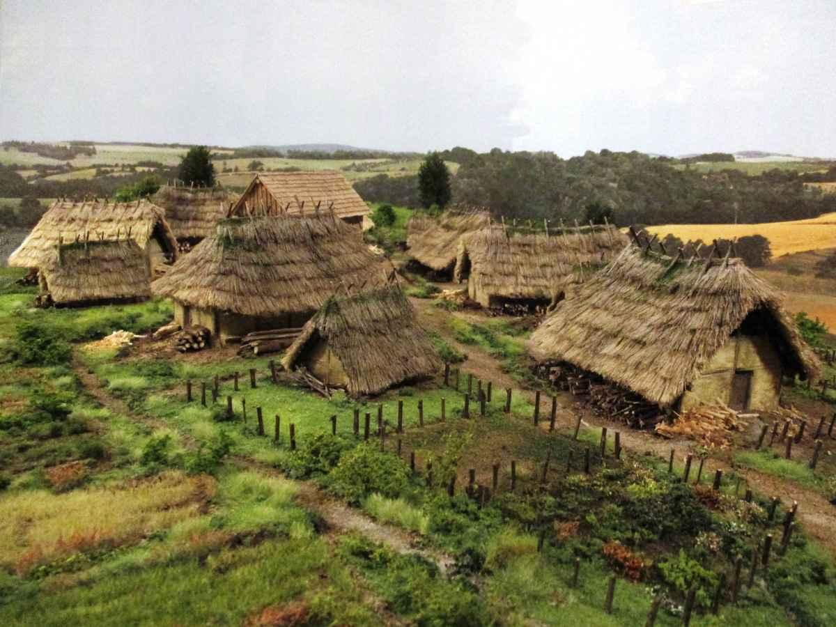 Bronzezeit Dorf Modell Archäologie Roland Gäfgen Pfostenhaus blick zeit bild